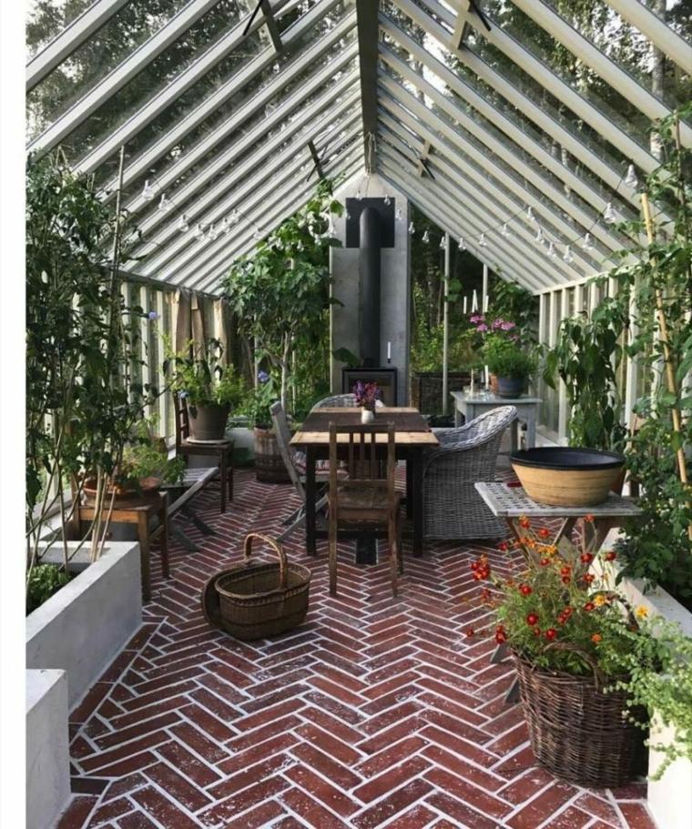 veranda coperta con vetrate arredo con mobili da esterno in legno
