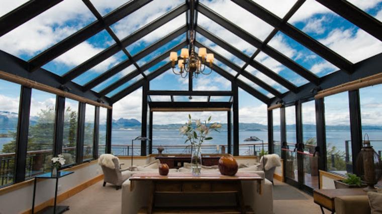 veranda coperta da vetrate sunroom abitale con set di mobili da soggiorno