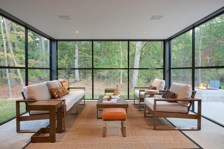veranda giardino d inverno arredamento con divano in legno e tavolino basso