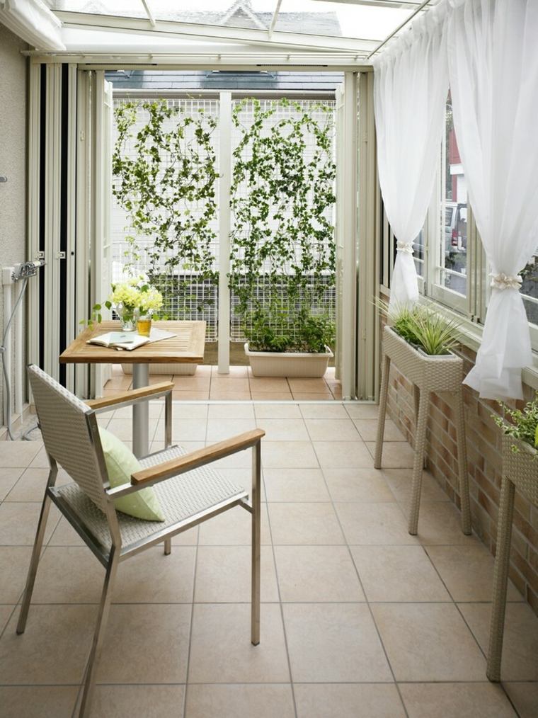veranda giardino d inverno decorazione con vasi di piante arredo con sedia e tavolo