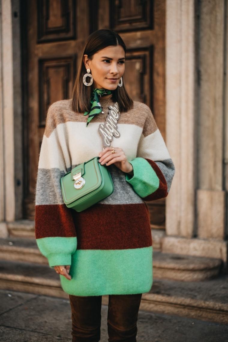 oversize pullover colorato anticipazione moda autunno inverno 2021 2022 abbinamento borsetta tracolla verde