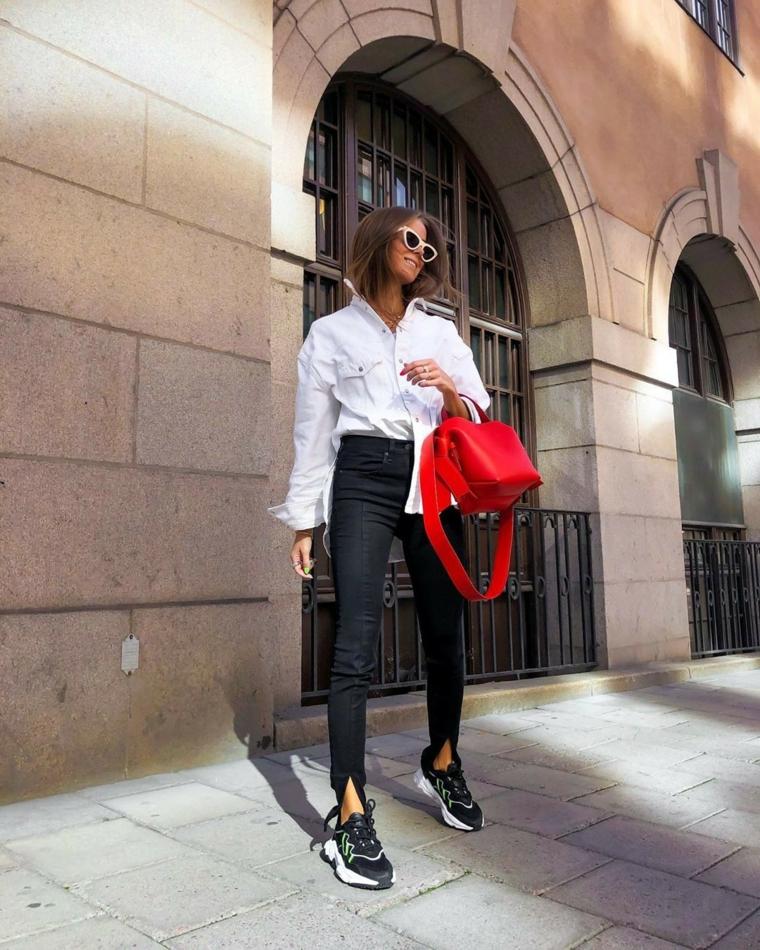 abbigliamento autunnale donna pantalone nero e camicia borsa rossa con tracolla