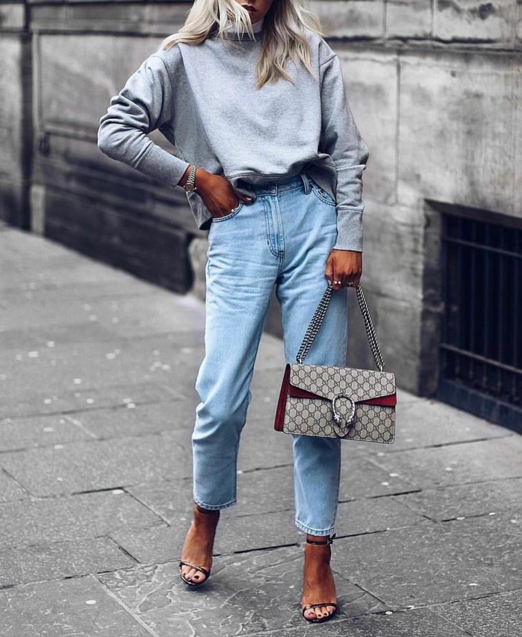 abbigliamento moda autunno inverno 2021 2022 jeans larghi e maglione grigio