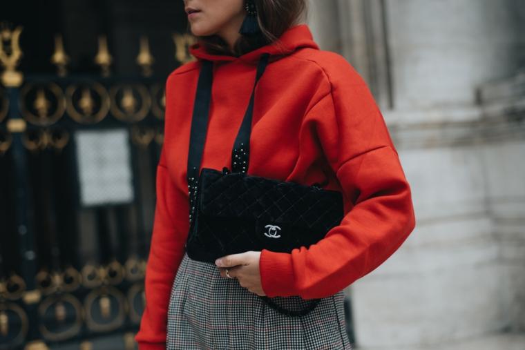abbinamento felpa rossa con borsetta nera abbigliamento moda donna autunno 2021