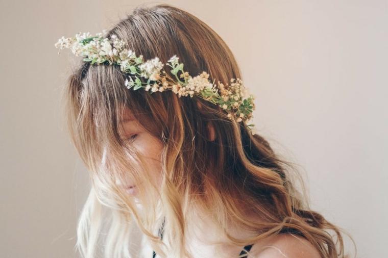 acconciature capelli lunghi sposa donna con pettinatura ondulata e cerchietto floreale