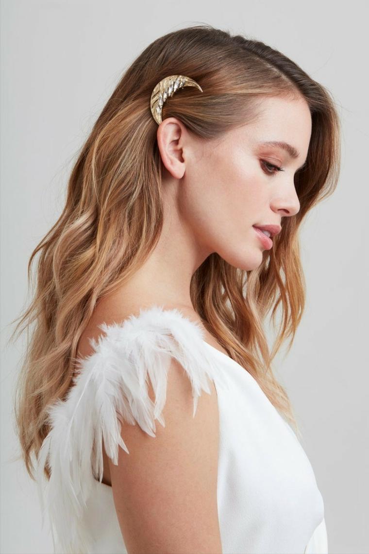 acconciature capelli lunghi sposa pettinature di colore biondi fissata di lato con molletta