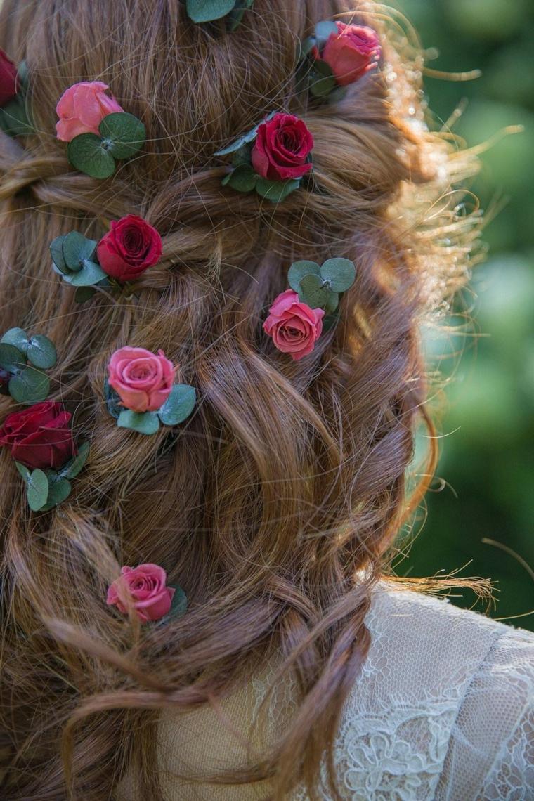 acconciature capelli raccolti per cerimonia decorazione sposa con mollette rose