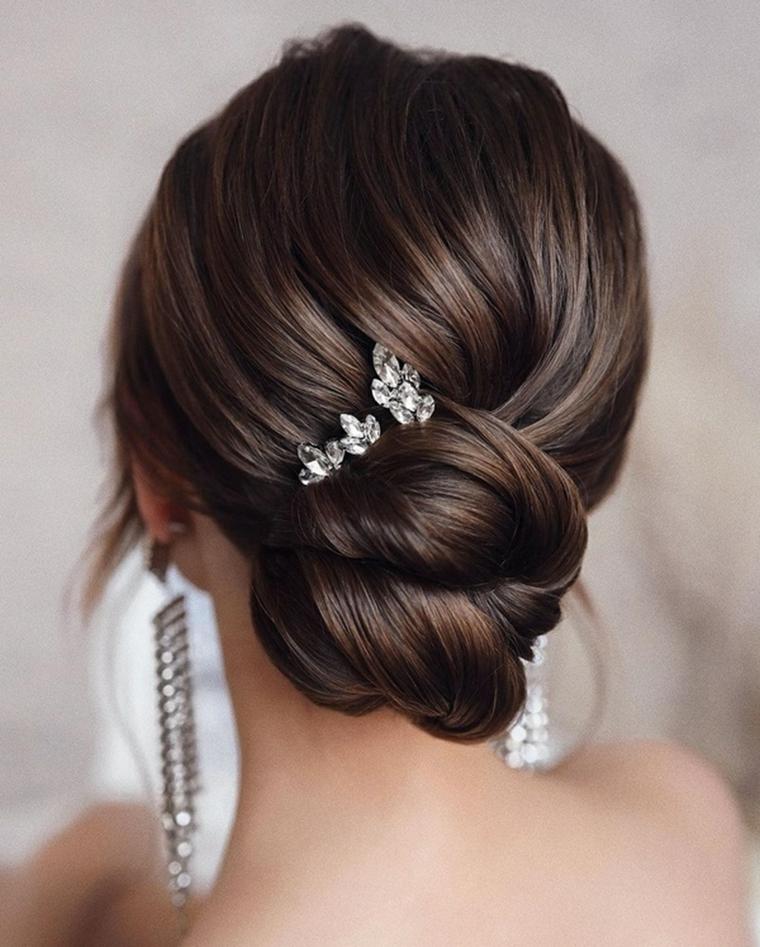 acconciature capelli raccolti per cerimonia donna con chignon fissatto con molletta