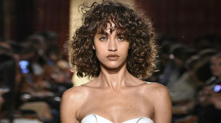 acconciature capelli ricci media lunghezza taglio caschetto con frangia