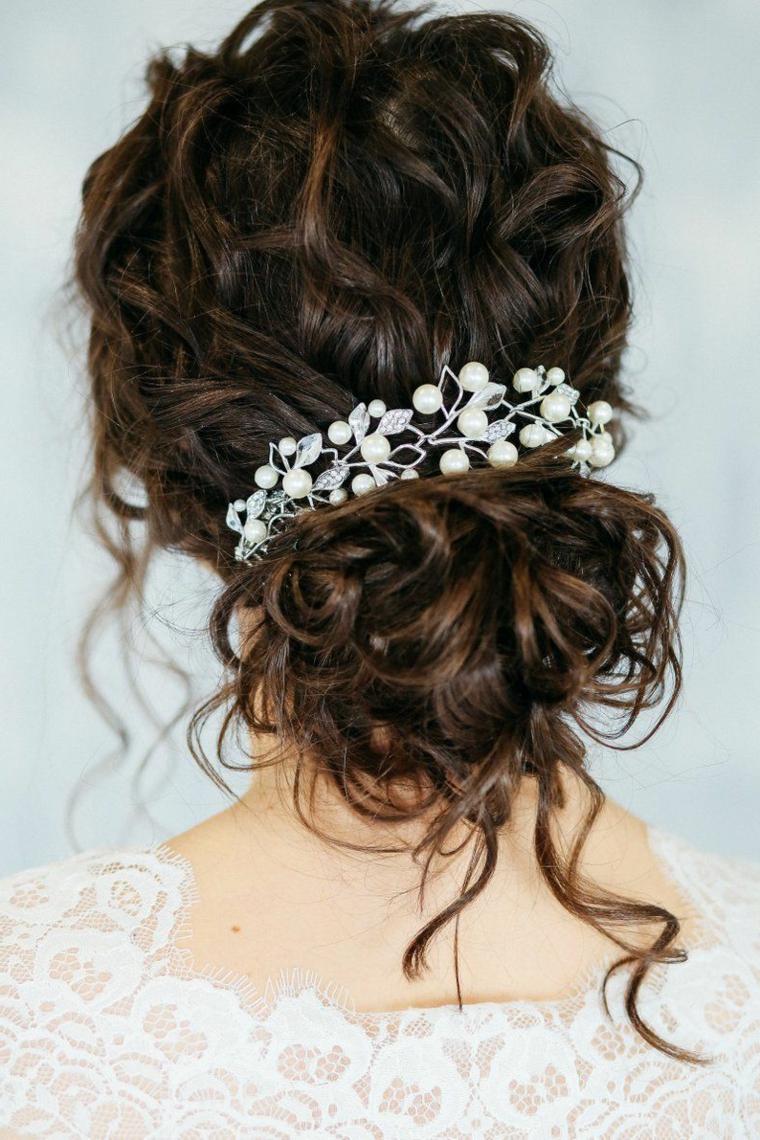 acconciature capelli ricci sposa raccolto chignon basso decorato con perle bianche