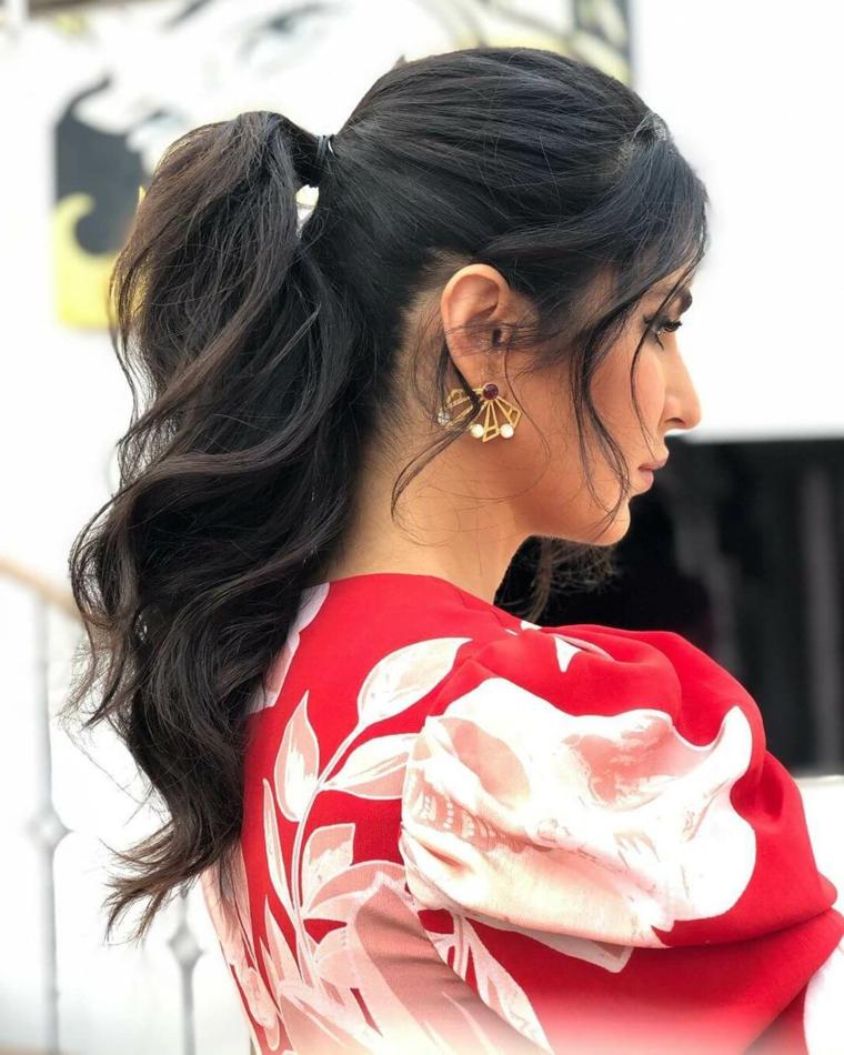 acconciature da sera fai da te donna con capelli castani legati a coda di cavallo