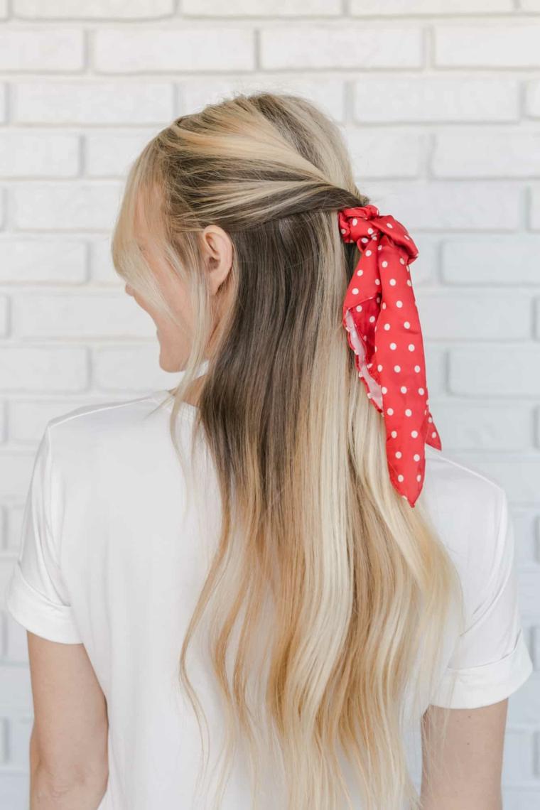 acconciature facili e veloci donna con capelli biondi pettinatura semiraccolto con scrunchie rosso