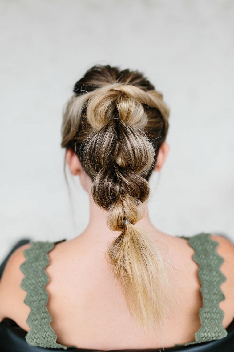 acconciature facili e veloci donna con capelli biondi tutorial per fare una treccia