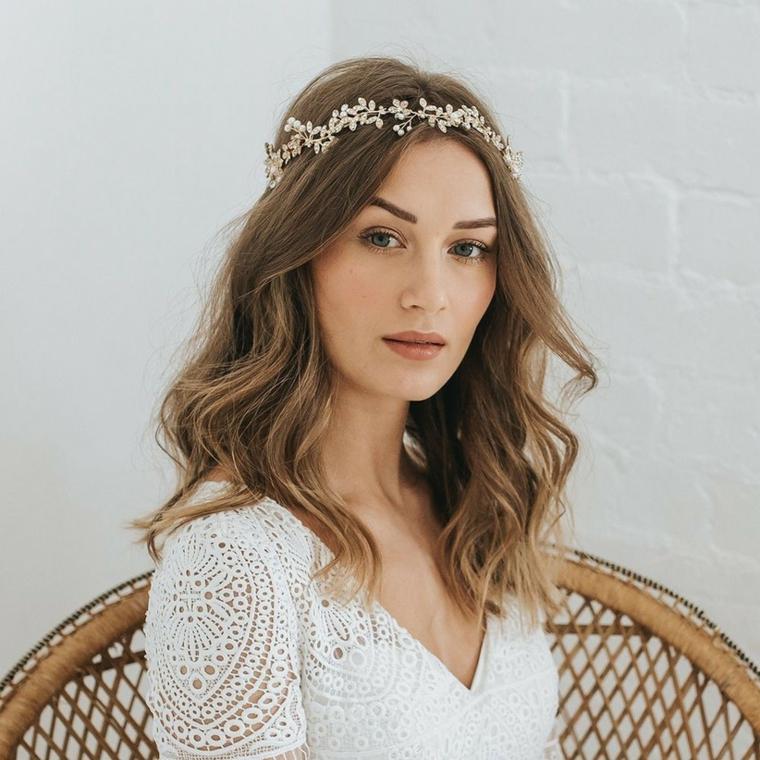 acconciature matrimonio capelli lunghi pettinatura ondulata per sposa con cerchietto
