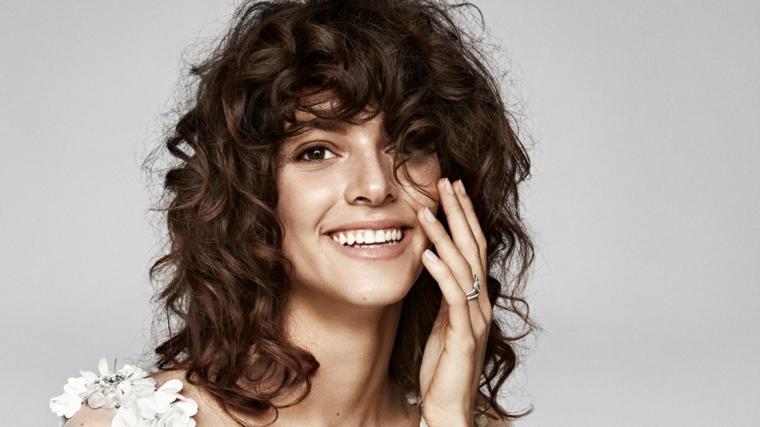 acconciature per capelli ricci donna con taglio long bob con frangia