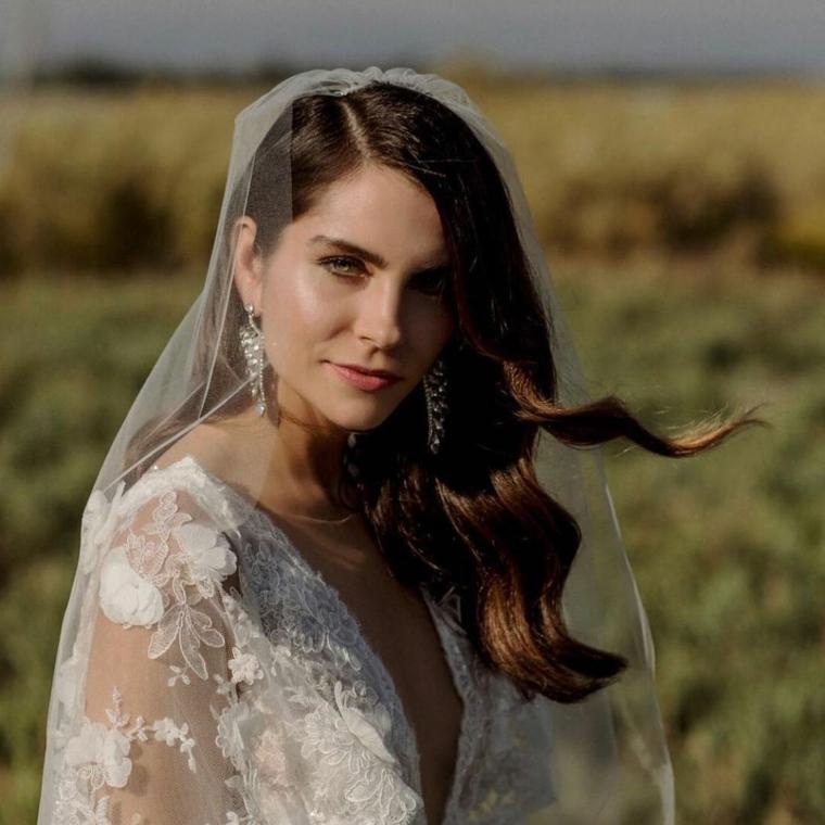 acconciature sposa 2021 capelli castani ondulati fissati di lato con velo bianco