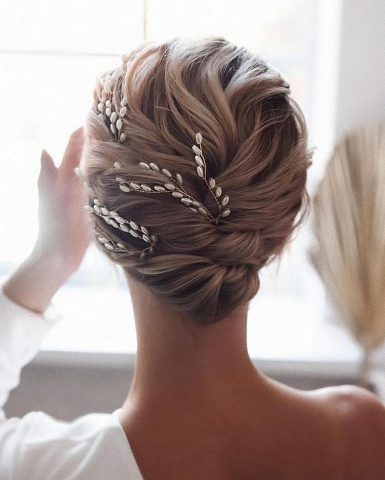 acconciature sposa 2021 donna con capelli lunghi biondi pettinatura raccolto con spille