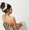 acconciature sposa capelli lunghi chignon mosso con fiori bianchi