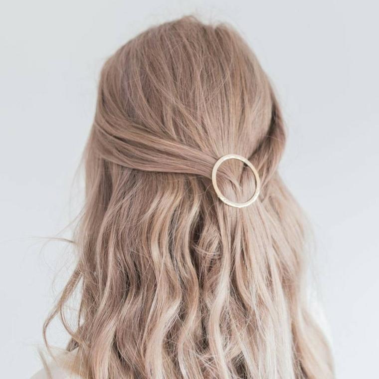 acconciature sposa capelli lunghi semiraccolti pettinatura matrimonio fissata con molletta cerchio