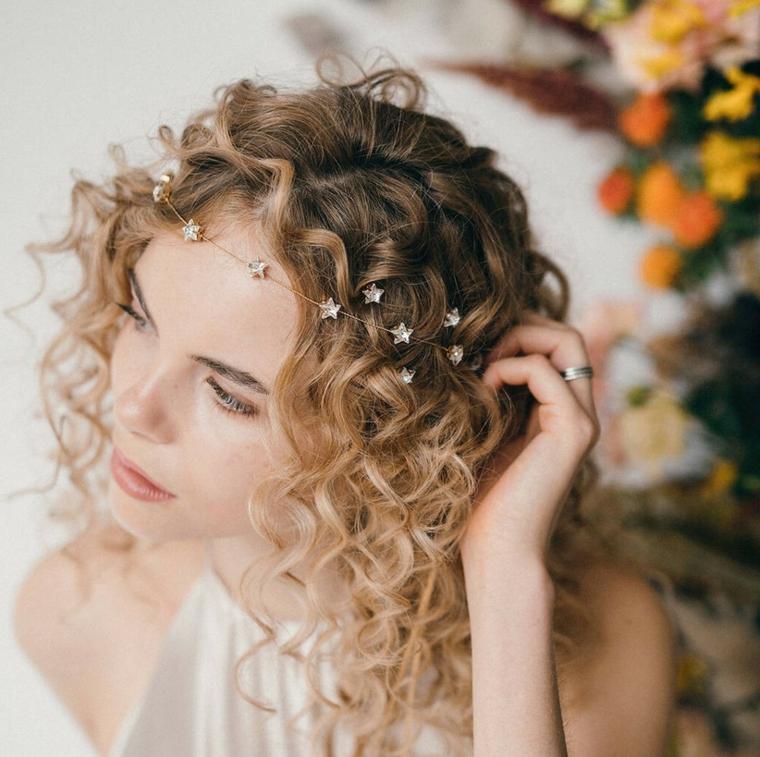 acconciature sposa capelli ricci biondi decorazione pettinatura con cerchietto di stelle