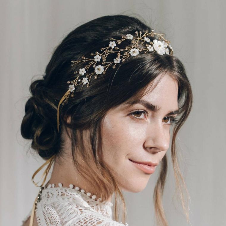 acconciature sposa raccolti morbidi chignon con treccia cerchietto con fiorellini