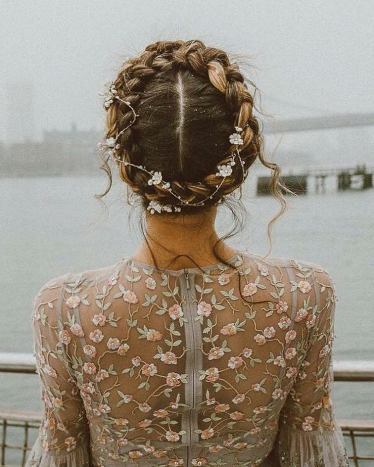 acconciature sposa raccolti morbidi donna con treccia a corona con fiorellini