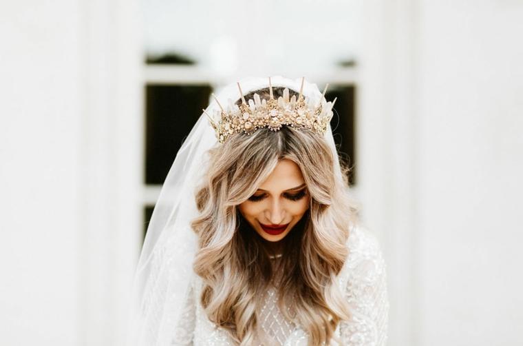 acconciature sposa sciolti capelli biondi ondulati corona con velo bianco