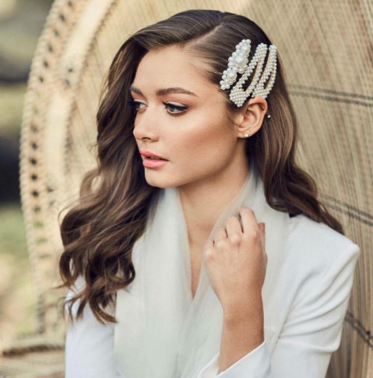 acconciature sposa sciolti capelli castani ondulati messi di lato con mollettoni
