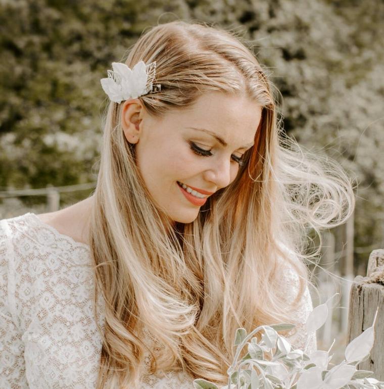 acconciature sposa sciolti pettinatura di colore biondo fissata con molletta bianca