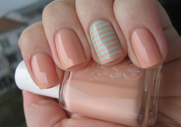 bottiglietta di smalto rosa decorazione unghie con disegni geometrici