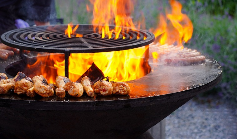 buon barbecue in muratura dalla forma rotonda a legna