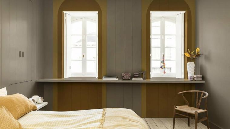 camera da letto con pareti di colore grigio e giallo arredo con mensola decorativa