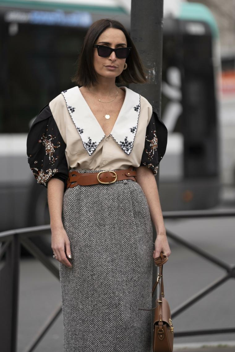 camicia con colletto outfit autunno inverno 2021 acconciatura femminile con taglio pari