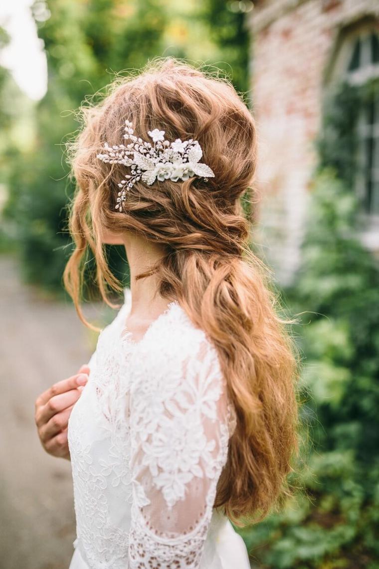 capelli biondi ondulati con semiraccolto decorazione acconciatura sposa con accessorio