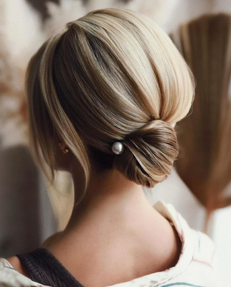 chignon basso con perla donna con capelli biondi acconciature sposa capelli lunghi