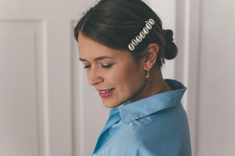 chignon basso mosso accessorio per capelli donna camicia di colore blu