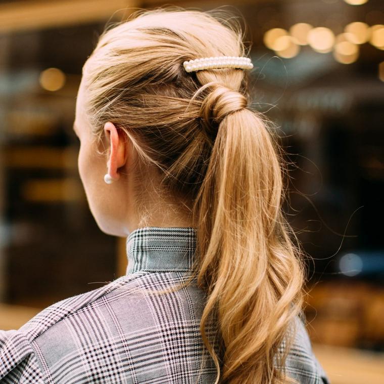 coda di cavallo capelli lunghi biondi donna con pettinatura da sera