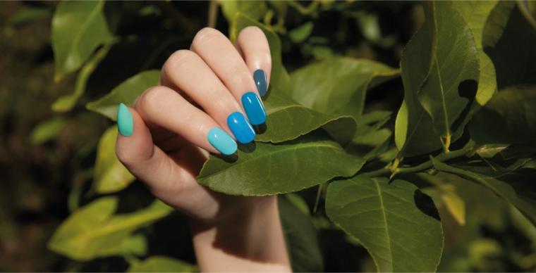 colori estivi unghie smalto tonalità blu manicure forma quadrata