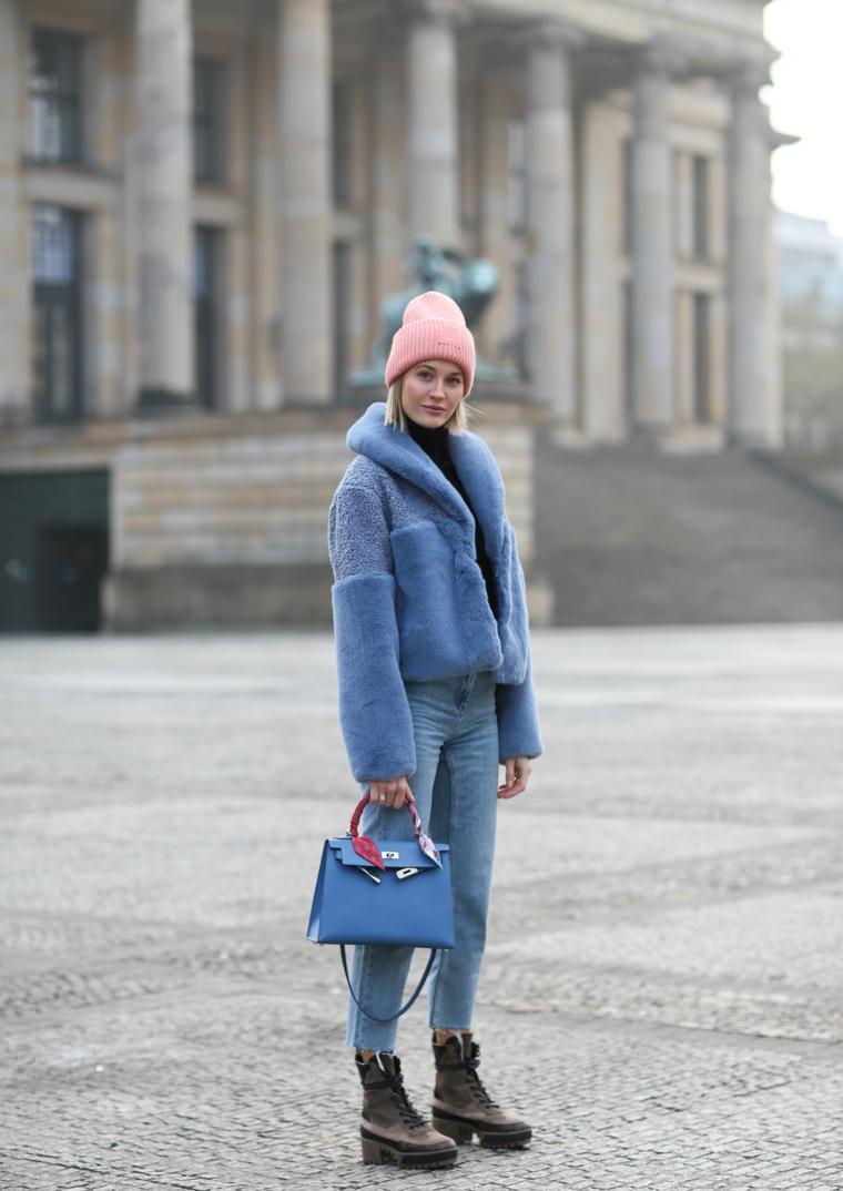 colori moda autunno inverno 2021 abbigliamento donna invernale con cappotto azzurro