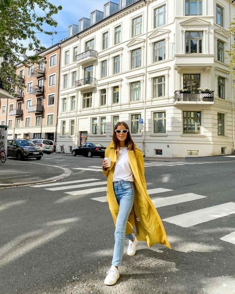 colori moda autunno inverno 2021 cappotto giallo lungo abbigliamento street style donna