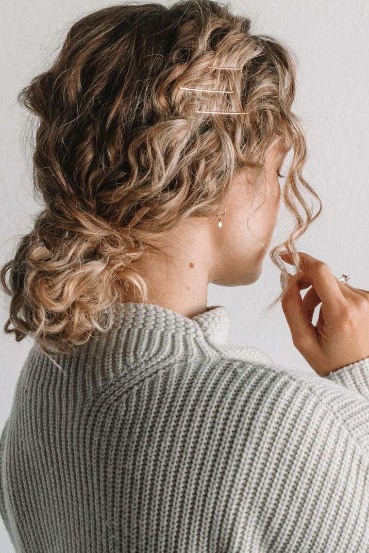 come acconciare facilmente i capelli ricci pettinatura chignon basso