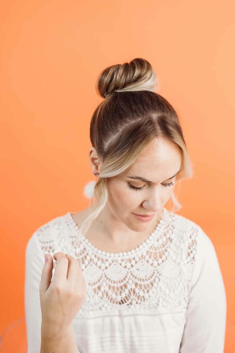 come creare un acconciatura da sera in pochi minuti capelli biondi raccolti a chignon alto