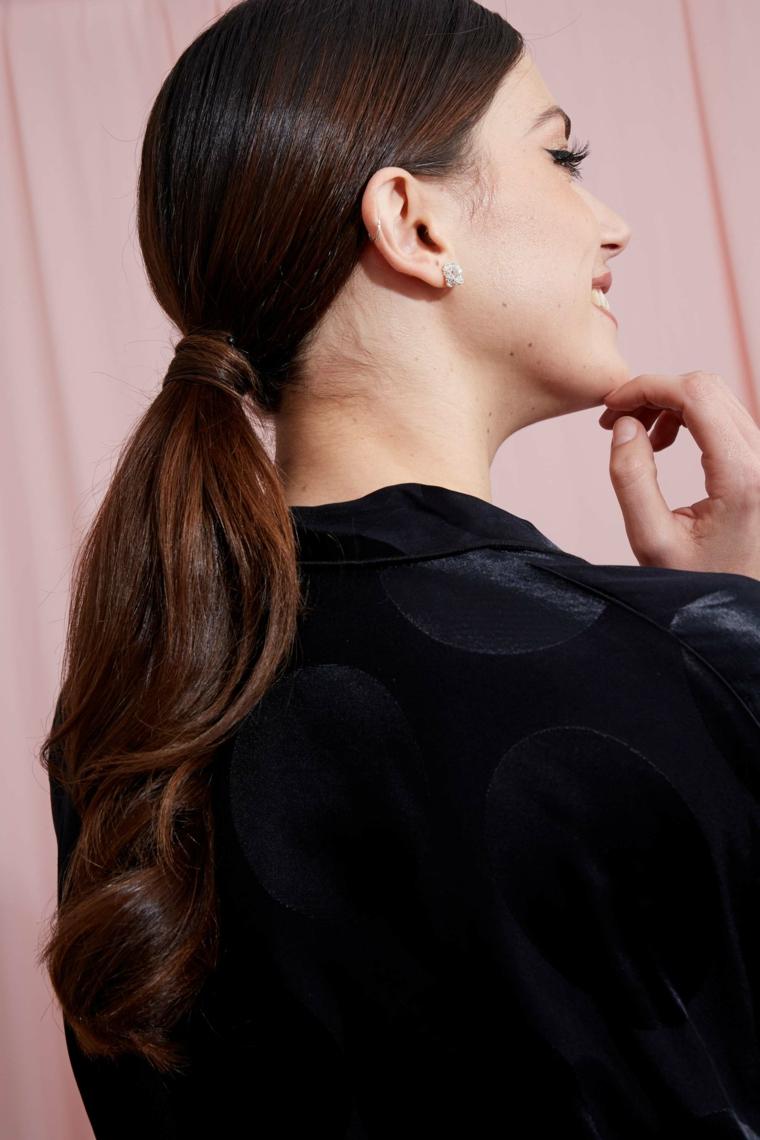 come fare un raccolto acconciatura donna capelli castani a coda di cavallo