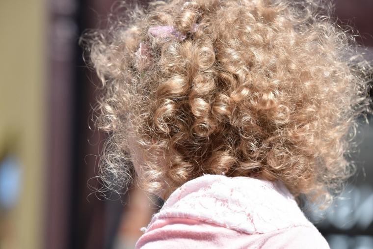 come pettinare i capelli corti e ricci pettinare di colore biondo