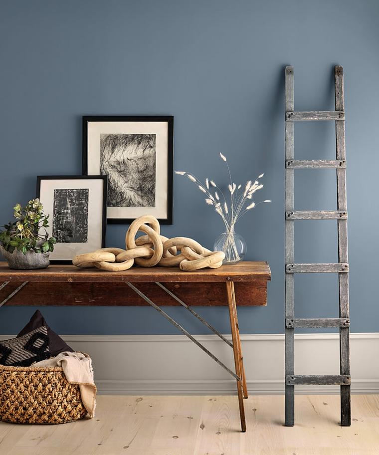 corridorio tinteggiato di colore blu arredo con mobile in legno
