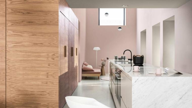 cucina con muro bianco e rosa qual è il colore più luminoso