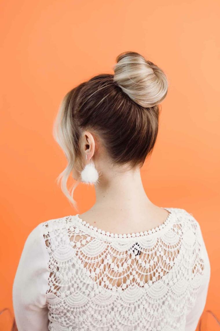 donna con capelli biondi acconciature capelli lunghi facili e veloci