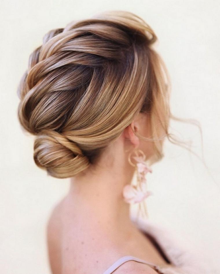 donna con capelli biondi pettinatura con treccia acconciature sposa raccolti