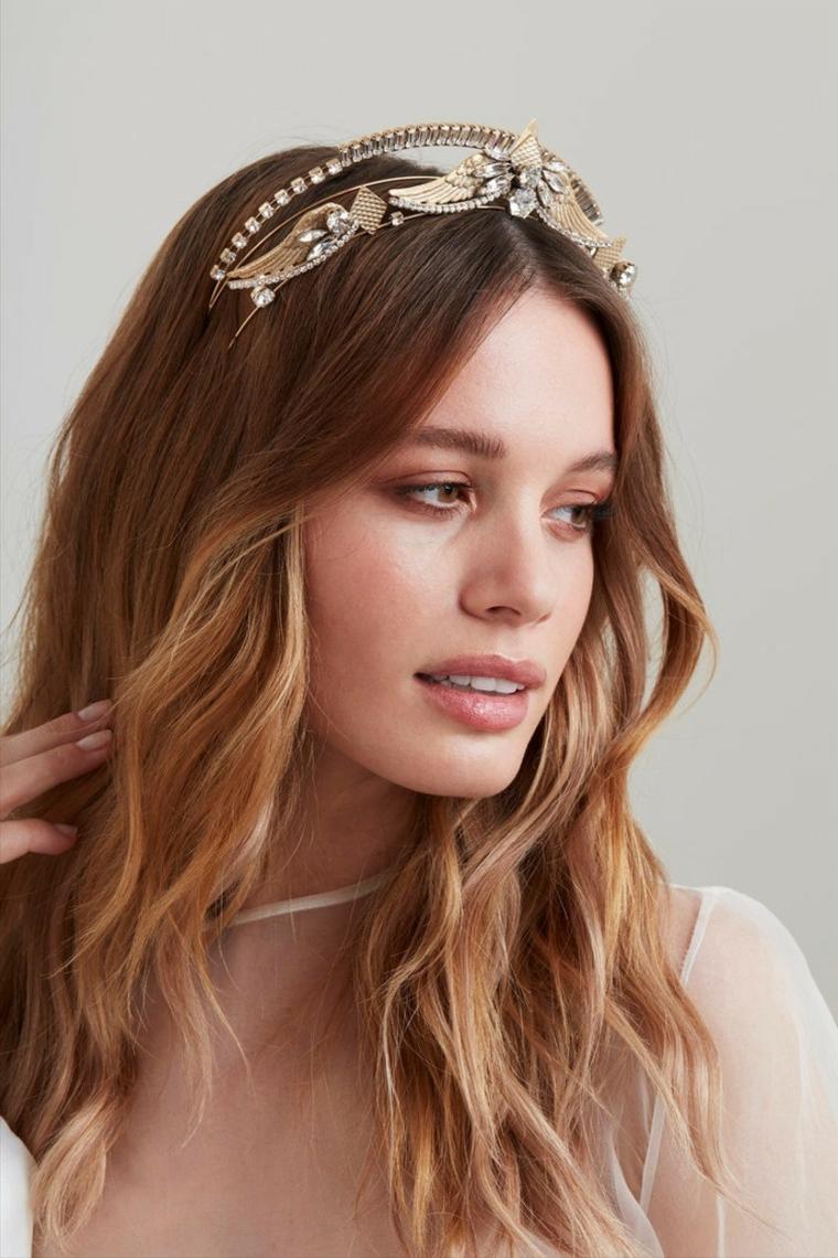 donna con capelli biondi sposa con cerchietto di cristalli acconciatura sciolta ondulata