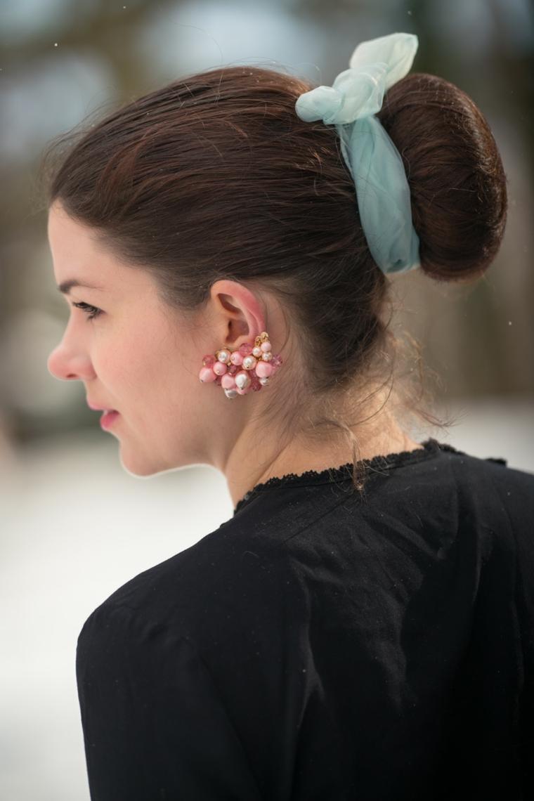 donna con capelli castani pettinatura da sera chignon con ciambella grande
